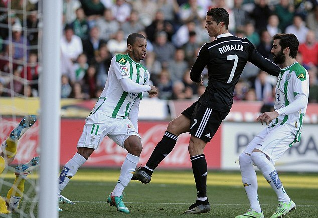 2502319000000578-0-Ronaldo aims a personalised boot in the direction of Edimar Frag-a-3 1422187662354