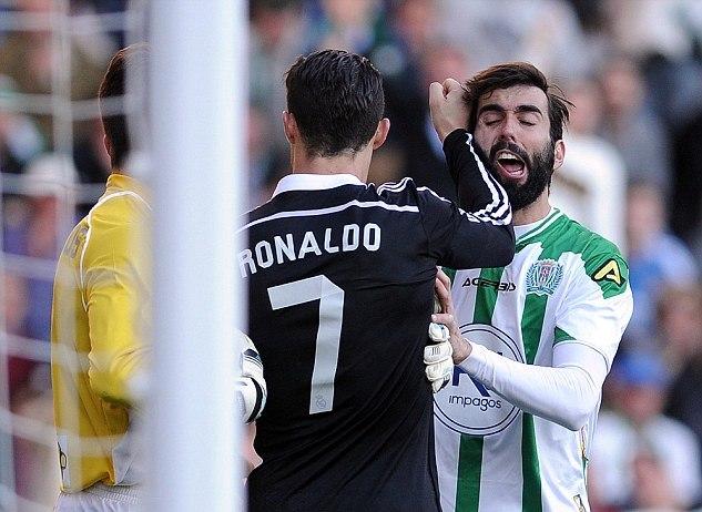 25024EBA00000578-0-Cristiano Ronaldo lashes out at Cordoba s Jose Angel Crespo as t-a-1 1422187659650