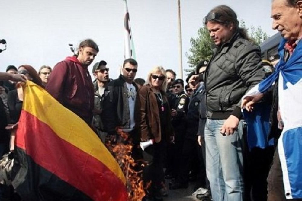 Daily Mail: Οι Έλληνες έκαψαν τη σημαία της Γερμανίας (pics)