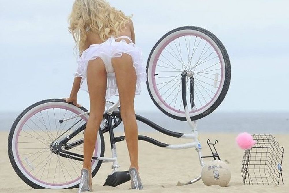 Κόρτνεϊ Στόντεν: μπιτς βόλεϊ και ποδηλασία… με τακούνια