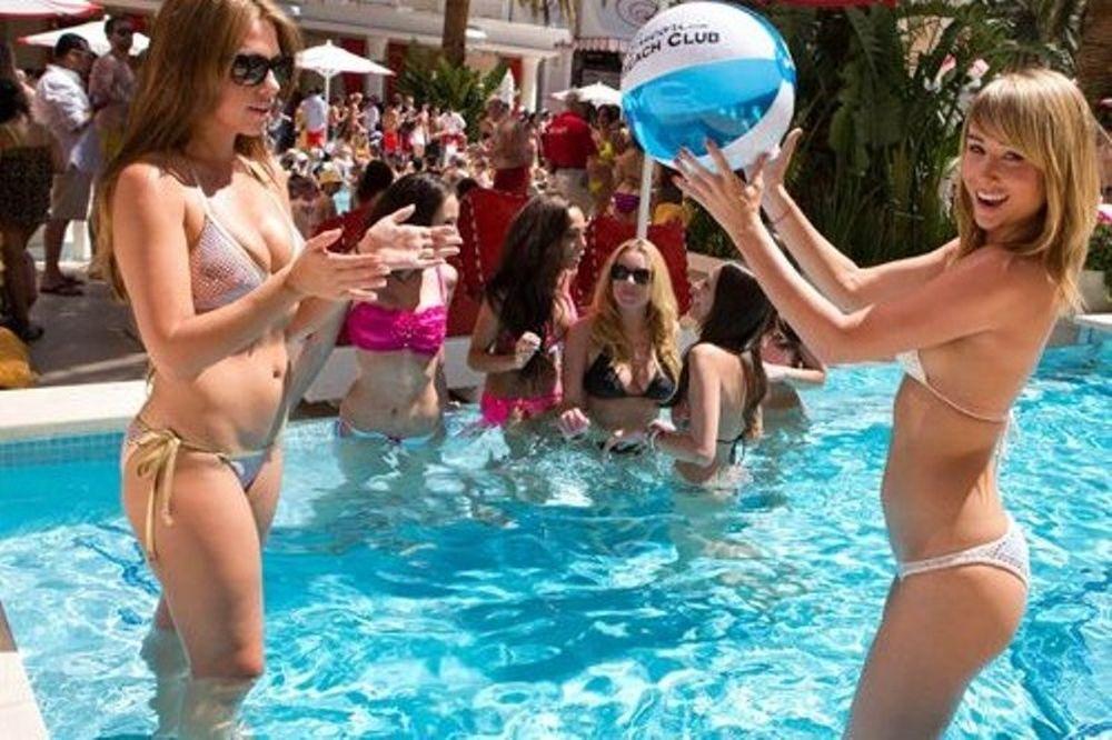 Σάρα Άντεργουντ: Η πιο σέξι γυναίκα στον κόσμο παίζει μπιτς βόλεϊ με τις φίλες της (photos+video)