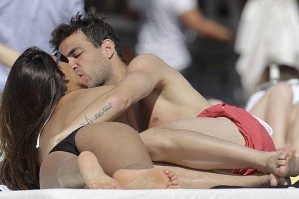 Η σέξι Ντανιέλα Σεμαάν χαλαρώνει τον Σεσκ Φάμπρεγας για το Euro 2012! (photos)