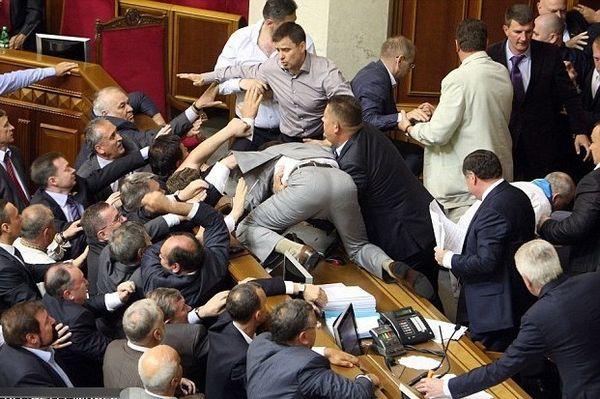 Απίστευτες σκηνές ξύλου στο κοινοβούλιο της διοργανώτριας του Euro2012 Ουκρανίας! (photos+video)