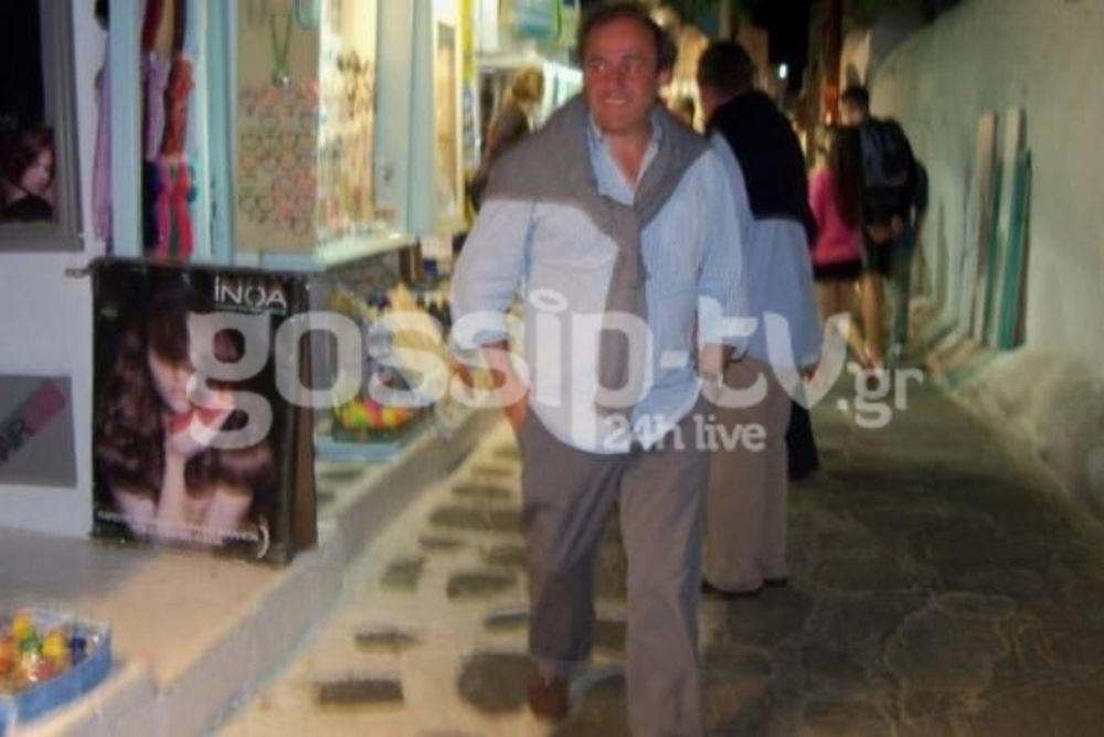 Οι βόλτες του Πλατινί στα σοκάκια της Μυκόνου