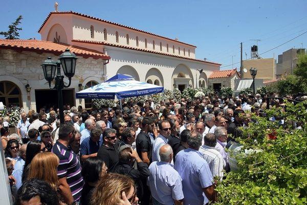 Συγκίνηση και πλήθος κόσμου στο τελευταίο αντίο στον Παπουτσάκη (photos)