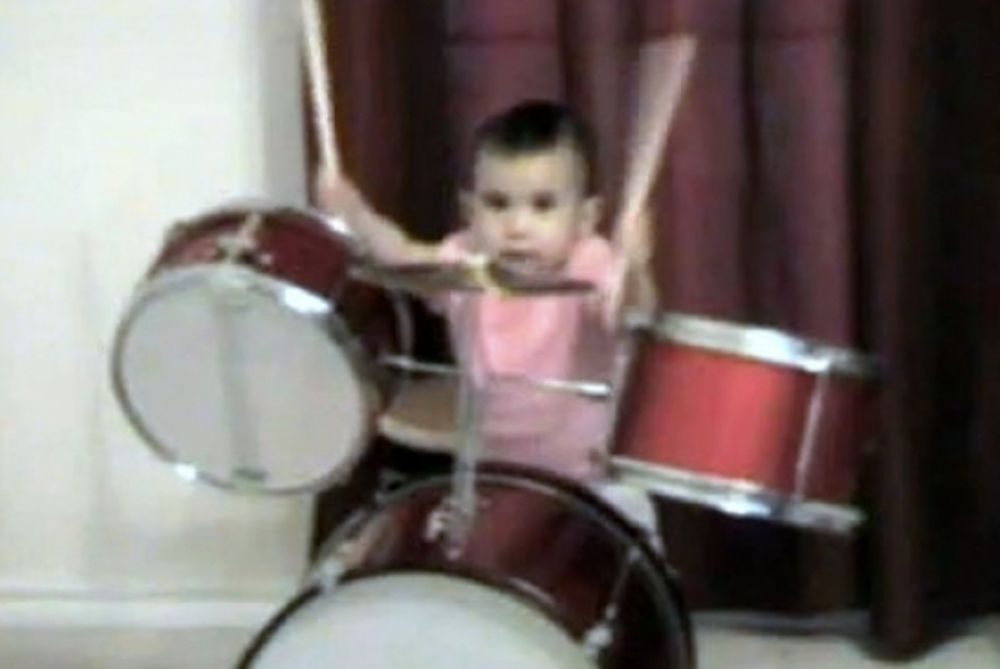 Είναι μόλις ενός έτους και παίζει… ντραμς! (video)