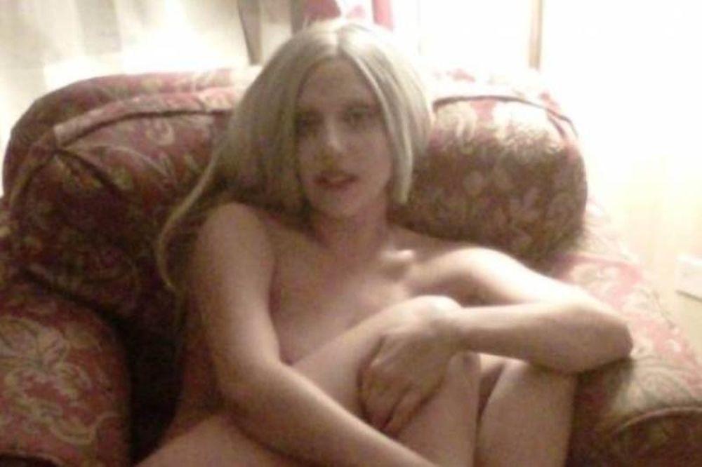 Γυμνή και αμακιγιάριστη σε δωμάτιο ξενοδοχείου η Lady Gaga