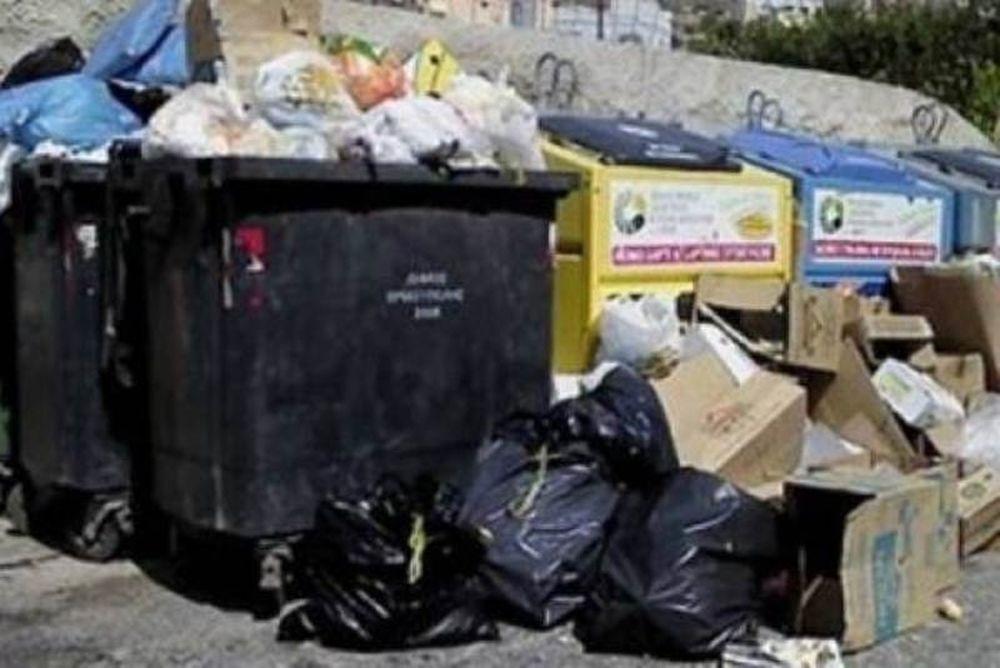 Ελληνίδα ψάχνει την... αξιοπρέπειά της στα σκουπίδια (video)!