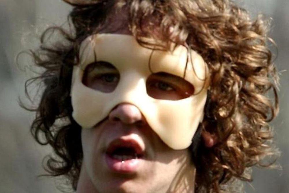 Ασυγκράτητος ο Πουγιόλ, παίζει με μάσκα!