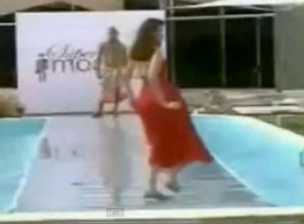 Υγρό ατύχημα: Απρόσεκτο μοντέλο κάνει... βουτιά σε πισίνα!
