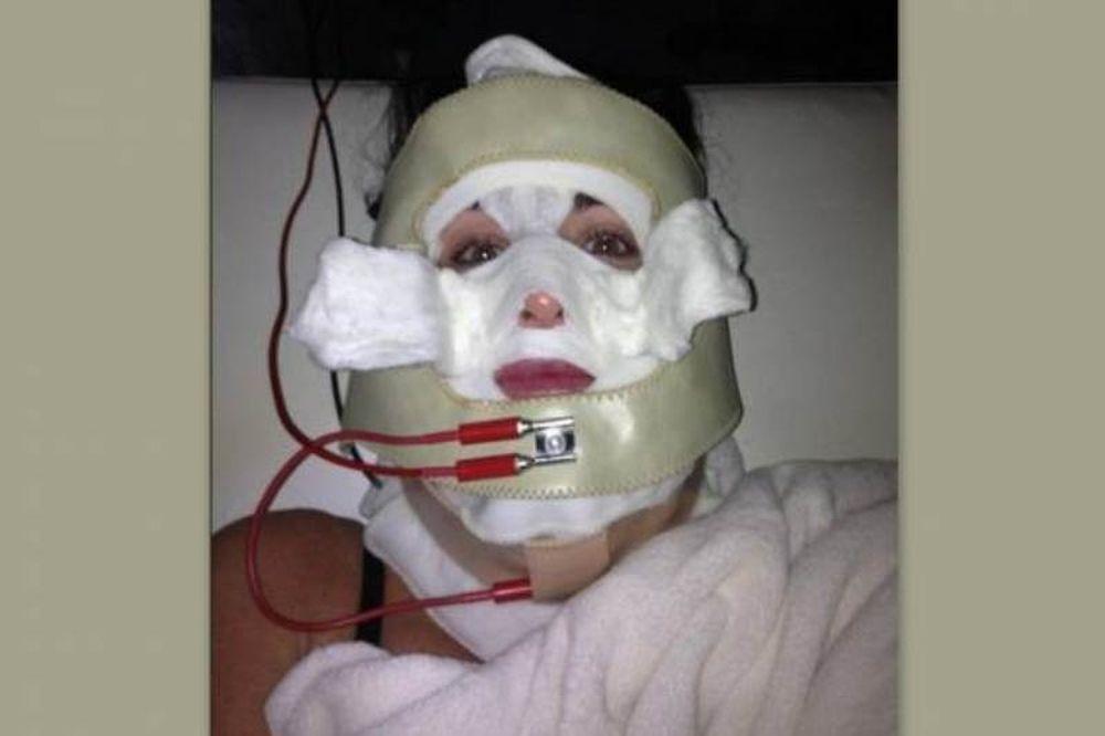 Ποια ηθοποιός κρύβεται πίσω από την... τρομακτική μάσκα ομορφιάς;