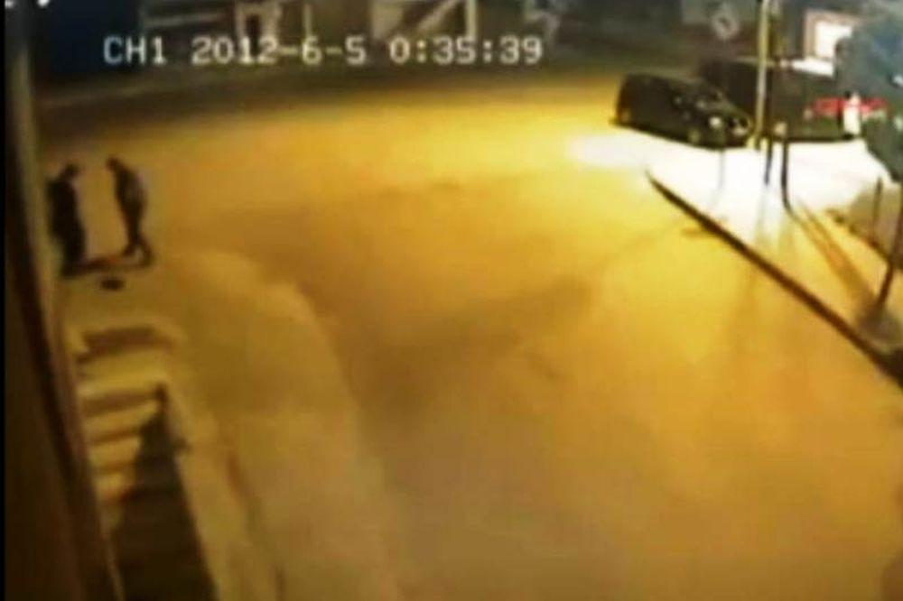 ΣΟΚ:16χρονη γεννάει στο δρόμο και εγκαταλείπει το μωρό (vid)
