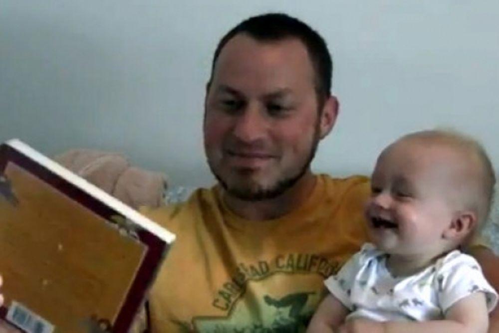 Μωρό γελάει όταν πέφτει το βιβλίο κάτω!