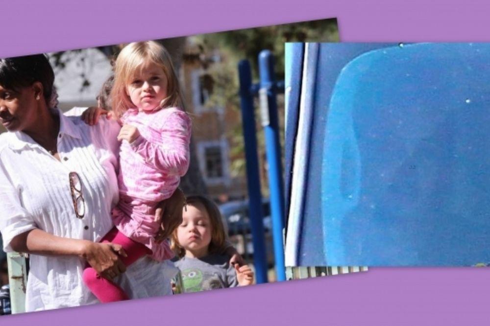 Η Angelina Jolie στο αυτοκίνητο και τα παιδιά στις κούνιες