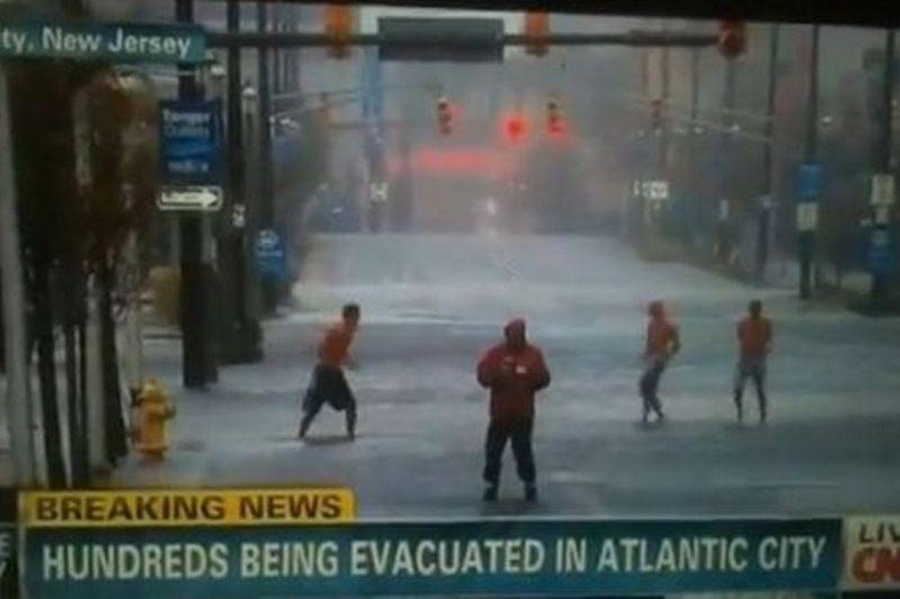 Τυφώνας Σάντι: Χορεύοντας στους δρόμους (video)
