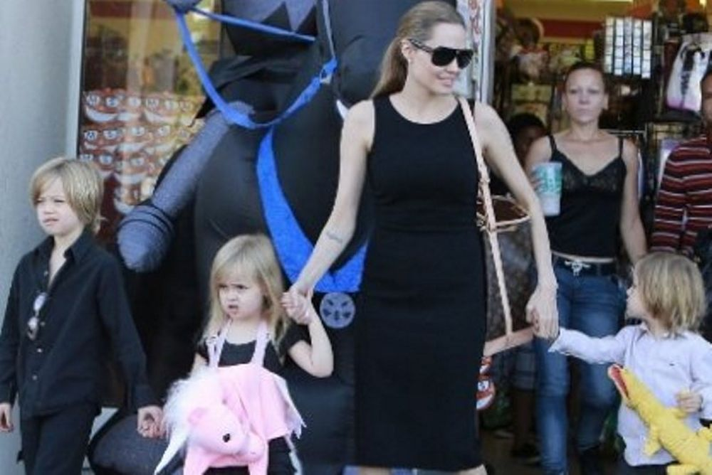 H Αngelina Jolie για αποκριάτικα ψώνια με τα παιδιά
