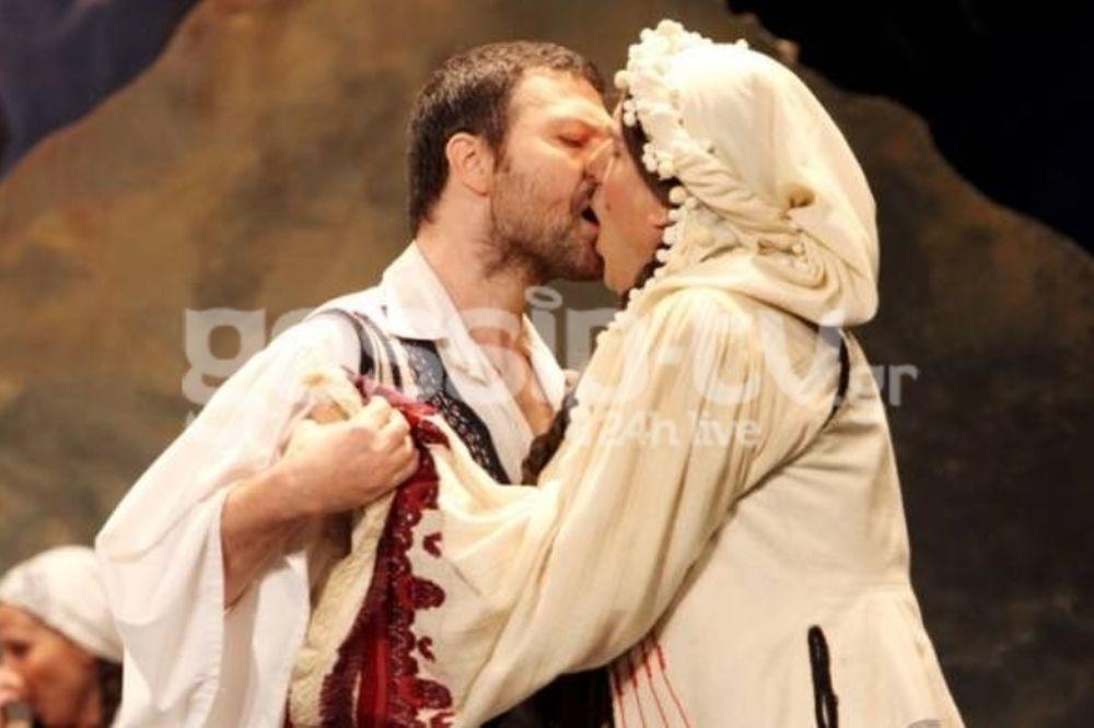 Όταν δύο άντρες φιλιούνται και δεν λογοκρίνονται! (φωτό)