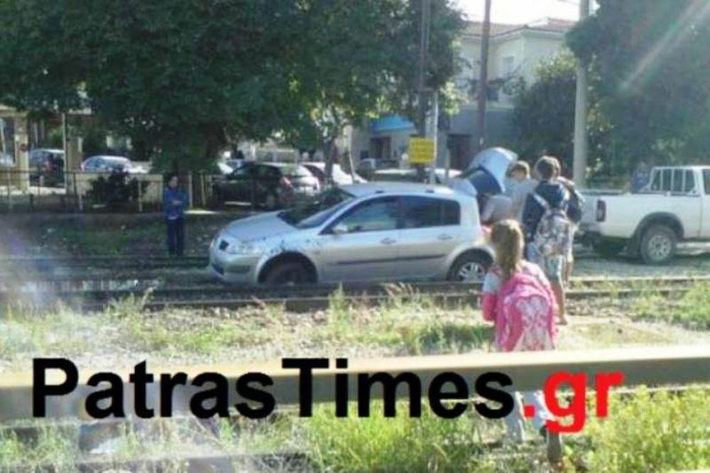 Πάτρα: Πάρκαρε το αυτοκίνητο του πάνω στις γραμμές του προαστιακού