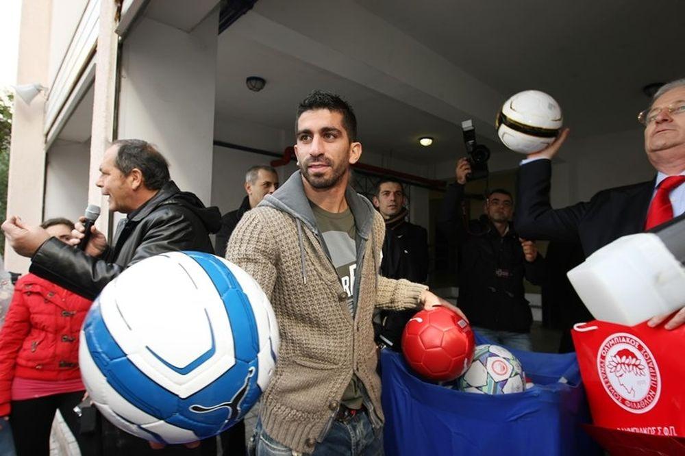 Ολυμπιακός: Μοίρασε… μπάλες και μπλούζες ο Ζαραδούκας (photos)