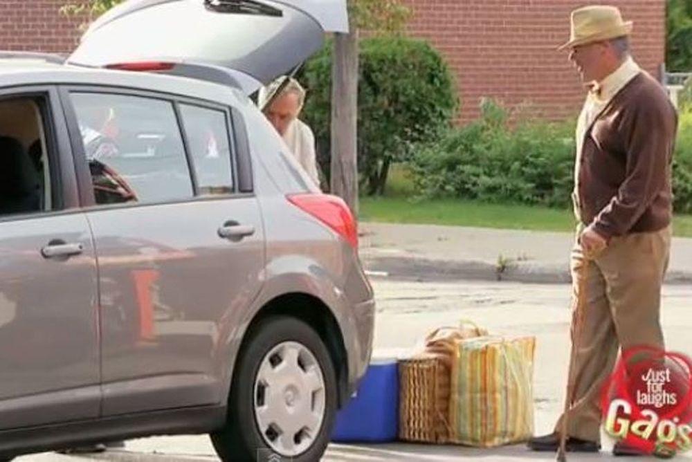 Δείτε τον παππού να... παρκάρει σαν Σουμάχερ! (video)