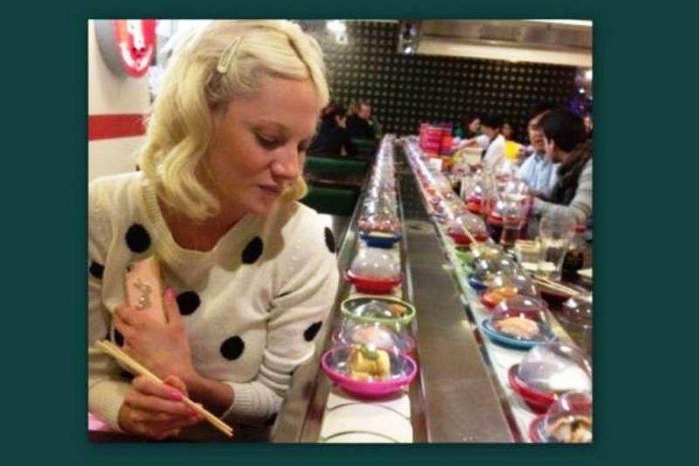 Η Τζούλια, το κοκαλάκι στα μαλλιά, το ντύσιμο παρθεναγωγείου και το… σούσι!