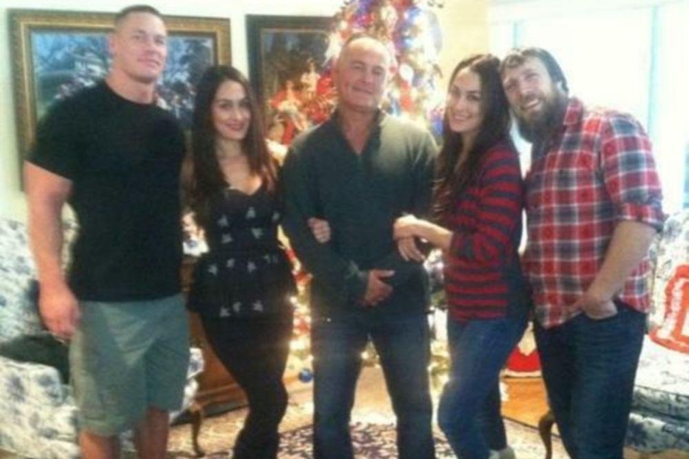 WWE: Γιορτές με Bellas ο Cena