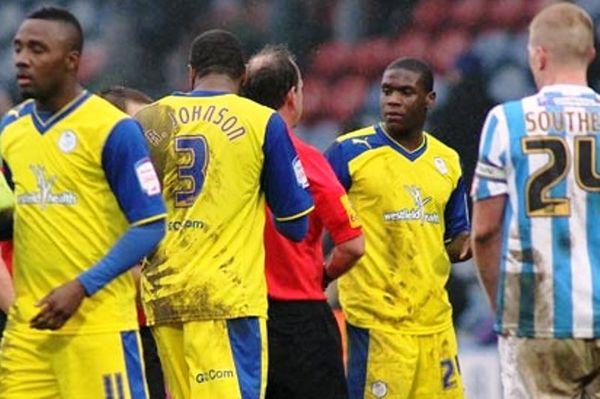 Δεν αποβλήθηκε ποδοσφαιριστής με δύο κίτρινες! (video)