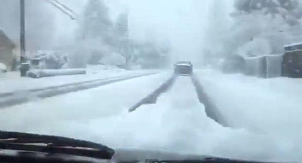 Bόλτα και... χαζό τρακάρισμα στο χιόνι (Video)