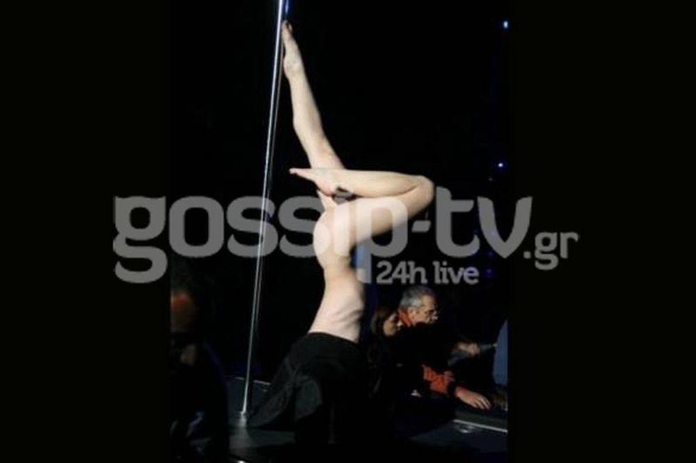 Σοκ: Χορεύτρια εμφανίζεται ολόγυμνη σε σκηνή της Αθήνας και χορεύει pole dance!
