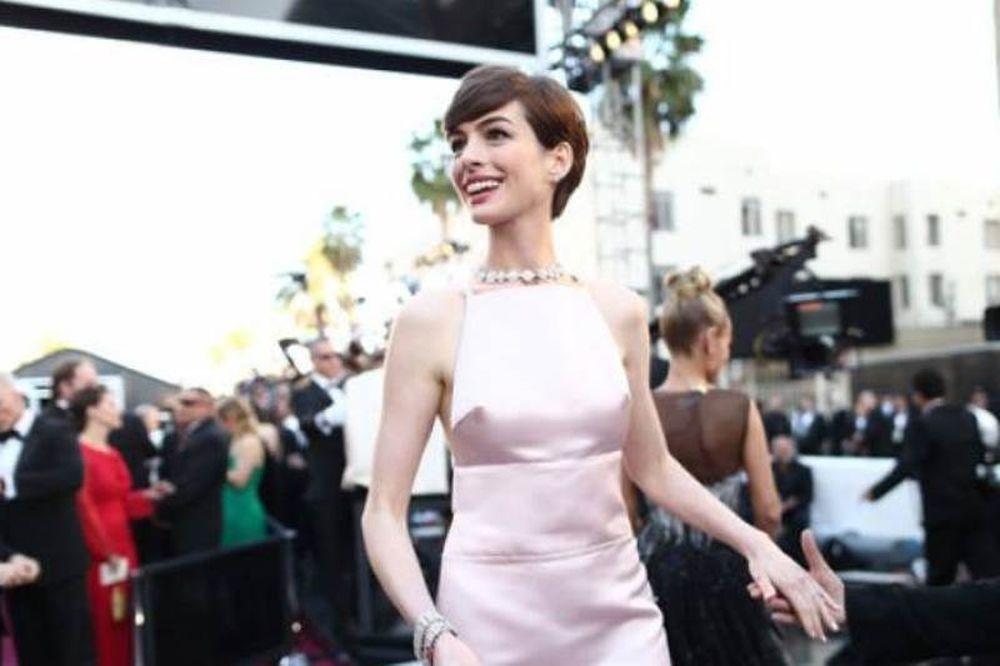 Όσκαρ 2013: Το στήθος της Anne Hathaway εντυπωσίασε και μπήκε στο Τwitter