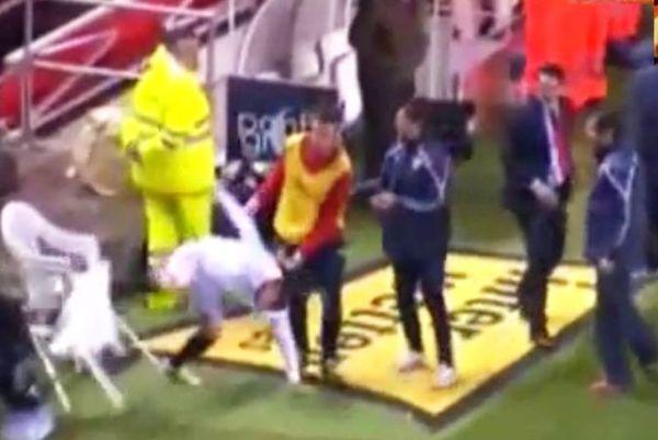 Πέταξε μπουκάλι νερό σε αστυνομικό, σπάζοντας καρέκλα! (video)