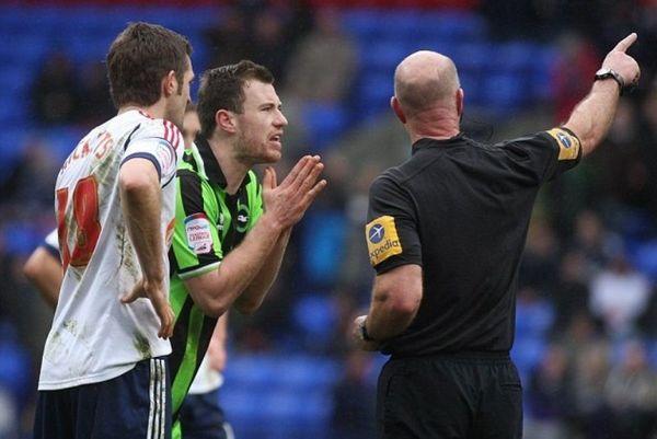 Αγγλία: Παίκτης έβαλε τρικλοποδιά σε διαιτητή! (photos+video)