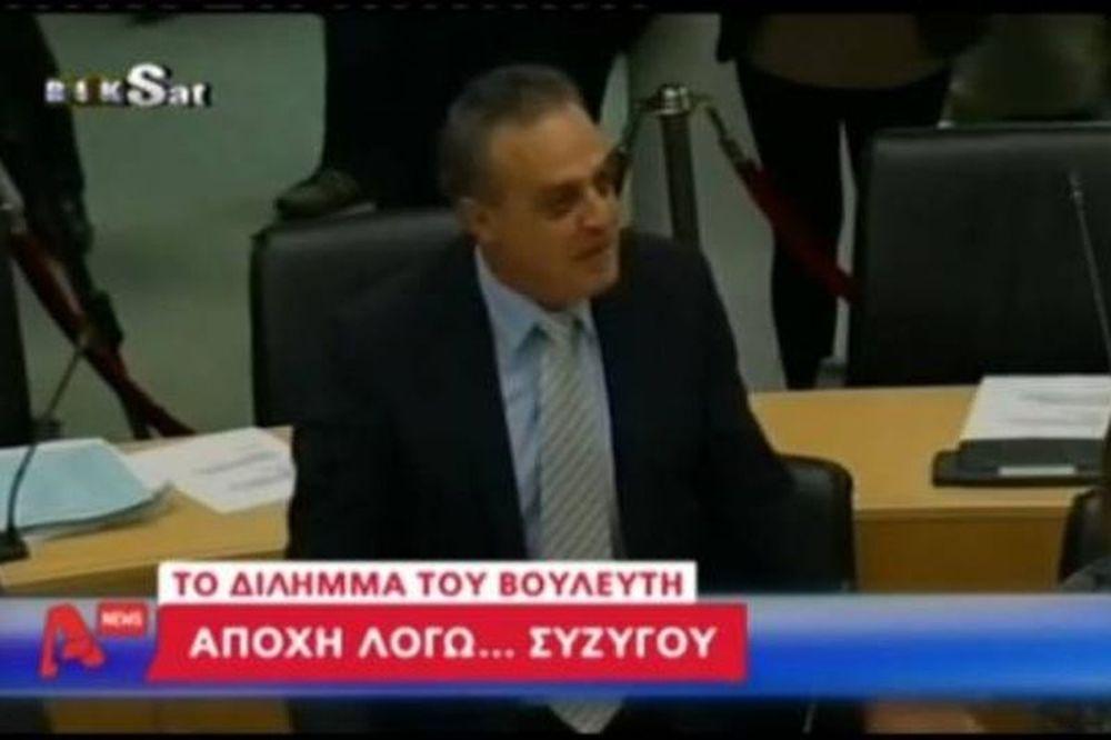 Δείτε το βίντεο: Βουλευτής αμάρτησε για την... γυναίκα του!