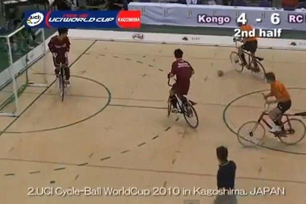 Δείτε αγώνα ποδοσφαίρου με ποδήλατα (video)
