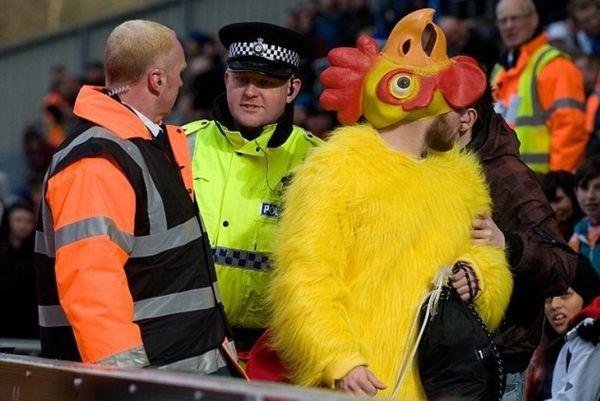 Μπλάκμπερν – Μπλάκπουλ: Συνελήφθη ο… άνθρωπος – κότα! (photos)
