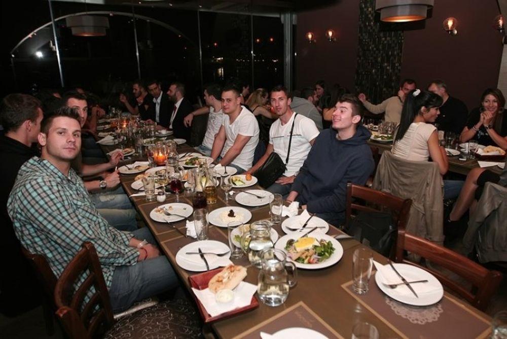 Ολυμπιακός: Γεύμα στους θριαμβευτές και τις θριαμβεύτριες! (photos)