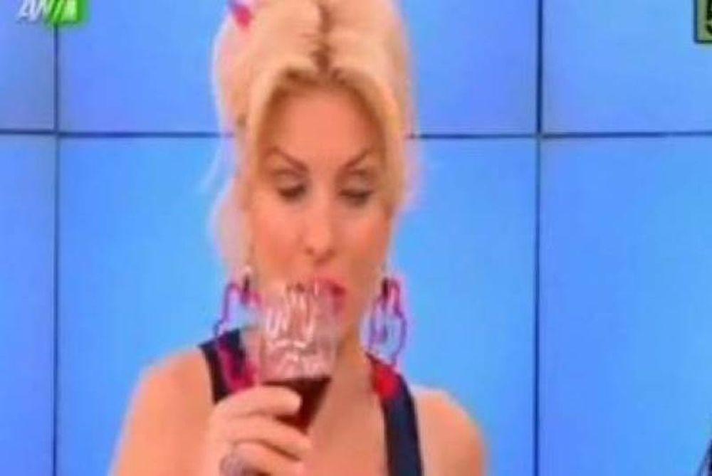 Απολαυστικό βίντεο: Παραήπιε η Ελένη Μενεγάκη, γελούσε και έχανε τα λόγια της!