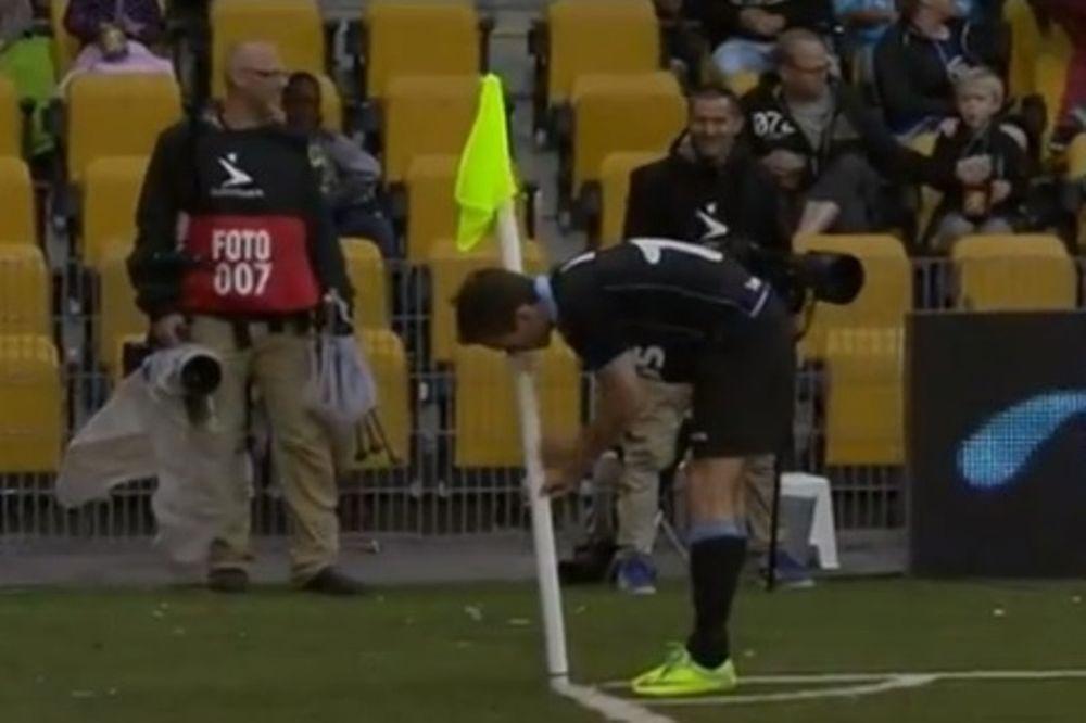 Δανία: Μαθήματα ball boy σε ποδοσφαιριστή! (video)
