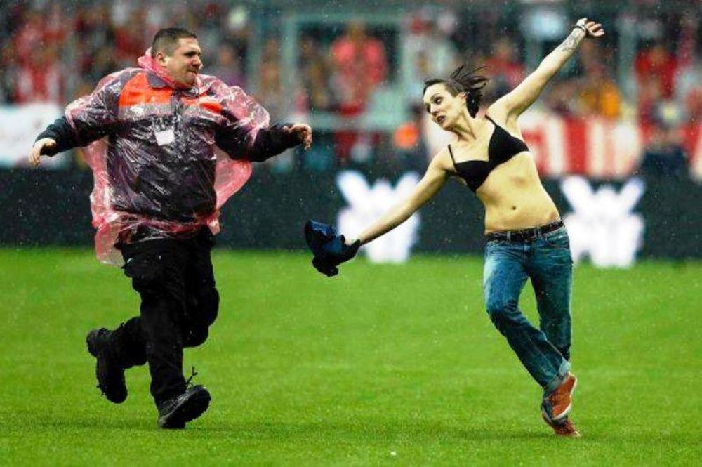 Γυναίκα εισέβαλλε στο γήπεδο με τα εσώρουχα! (photos)