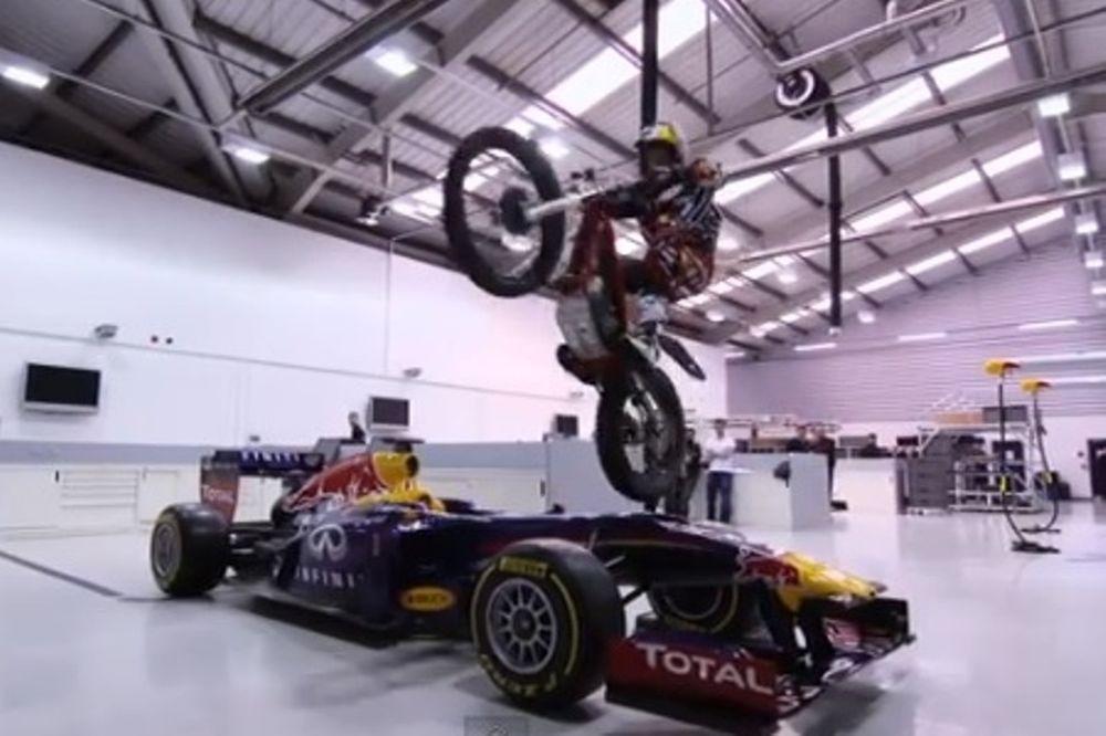 Ρεντ Μπουλ: Διάσημος μοτοσικλετιστής πήδηξε πάνω από το μονοθέσιο με τη μηχανή του (video)