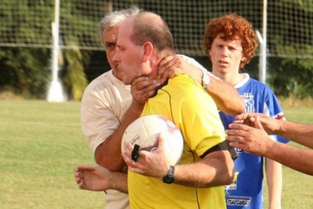 Βραζιλία: Προπονητής πήγε να πνίξει διαιτητή! (video)