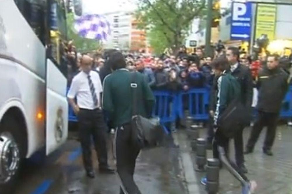 Ρεάλ Μαδρίτης: Αποθέωση στο ξενοδοχείο ενόψει Ντόρτμουντ (video)