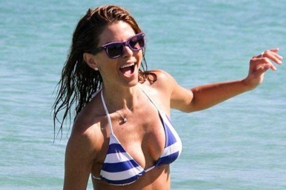 Η sexy Μaria Menounos διασκεδάζει στη Μύκονο με μαγιό ελληνική σημαία