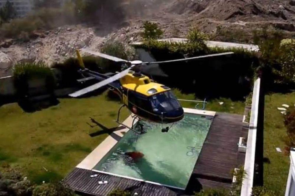 Βίντεο: Ελικόπτερο «κλέβει» νερό πισίνας για να σβήσει τη φωτιά!