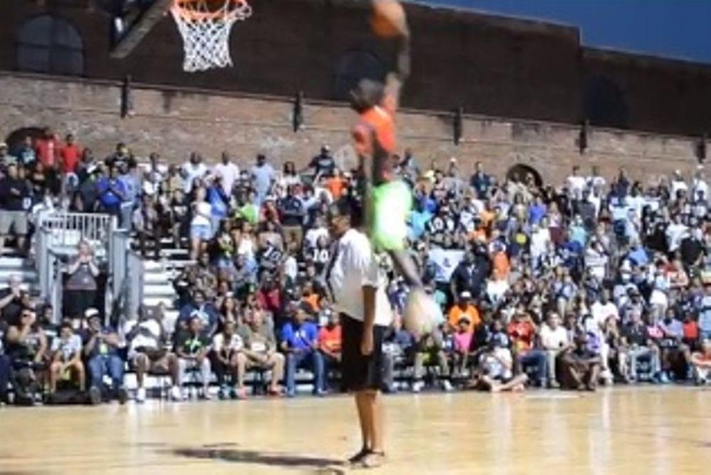 Παίκτης κάρφωσε πάνω από τη μητέρα του! (video)