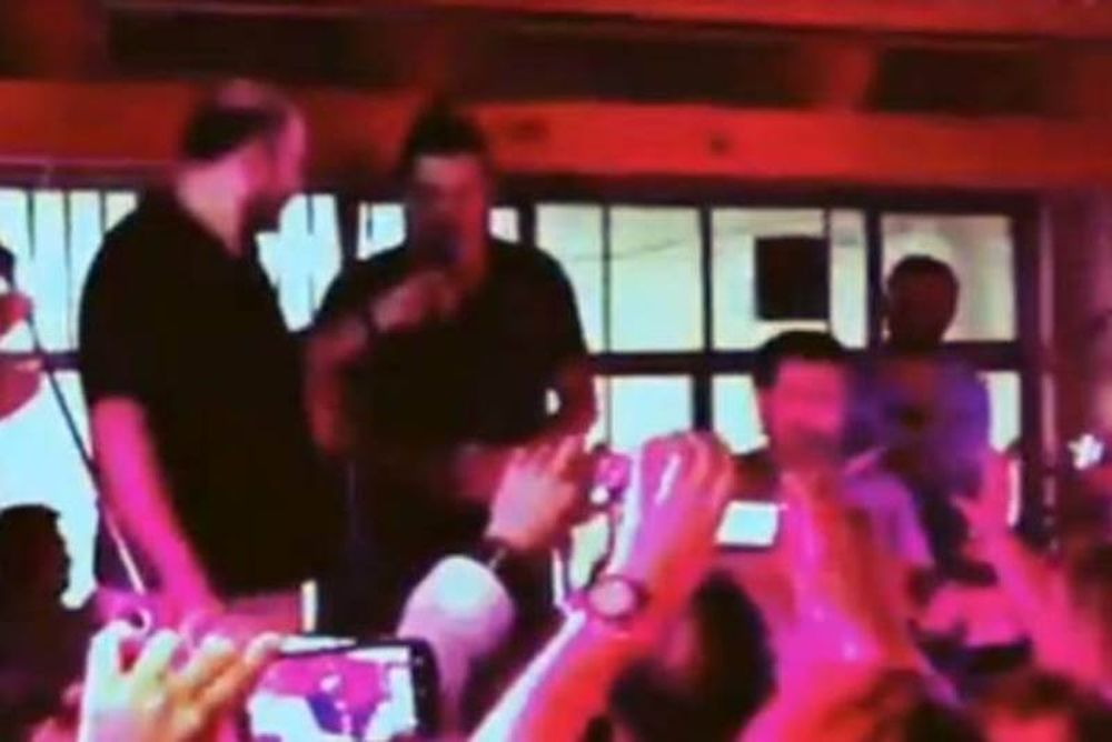 Ο Σάκης Ρουβάς τραγουδάει μαντινάδες στην Κρήτη με τον Νίκο Ζωιδάκη