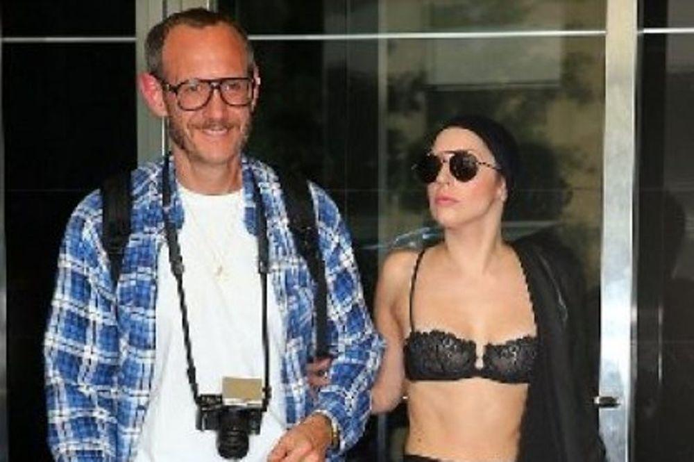 H Lady Gaga το έχασε τελείως! Τώρα κυκλοφορεί με το... σουτιέν!