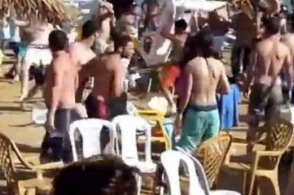 Βίντεο: Απίστευτο ξύλο και καρεκλοπόλεμος σε παραλία!