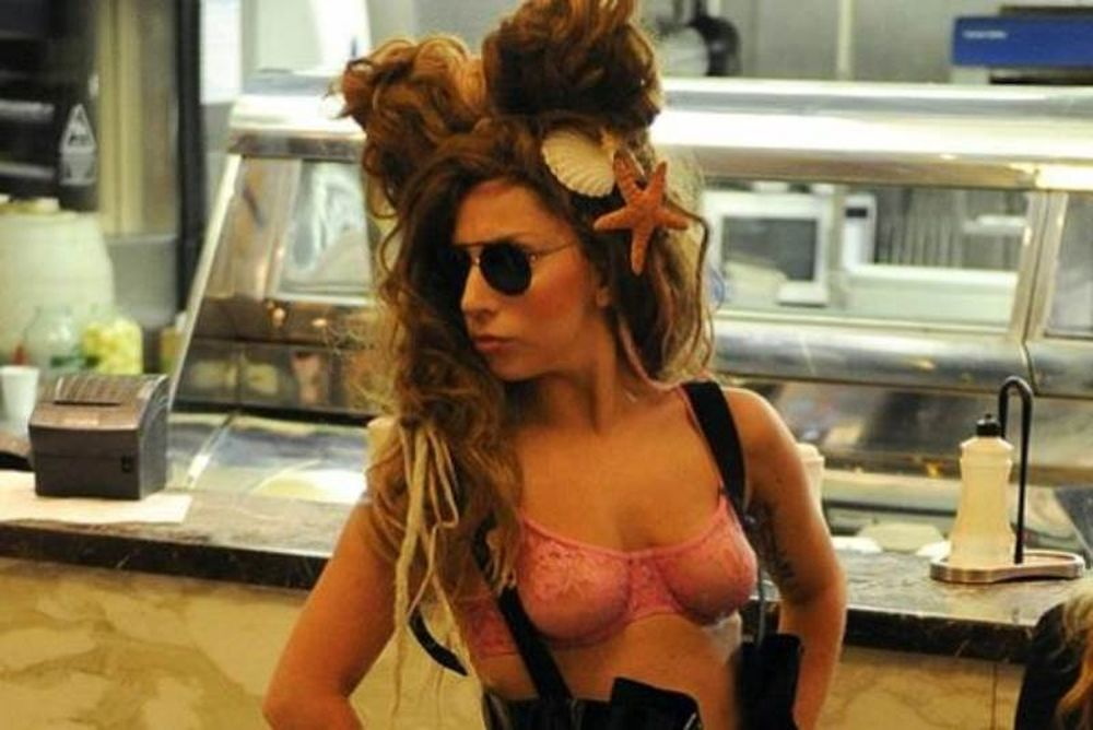 Lady Gaga: Κυκλοφορεί με το… σουτιέν και με κοχύλια στο κεφάλι!