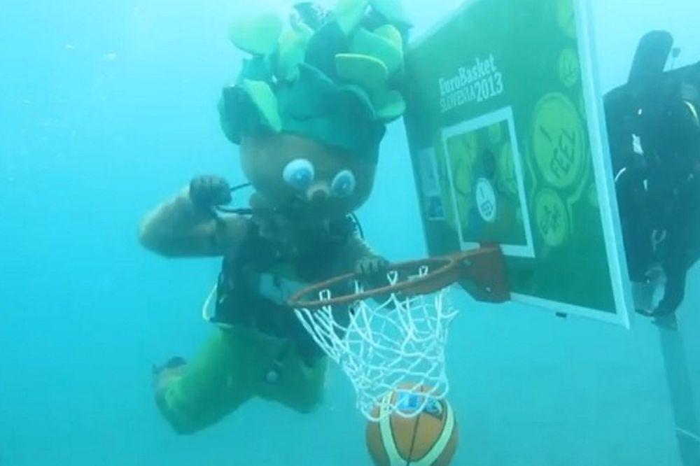 Ευρωμπάσκετ: Καρφώνει κάτω από το νερό ο Λίπκο! (video)